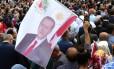 Homem levanta bandeira de Erdogan em Ancara