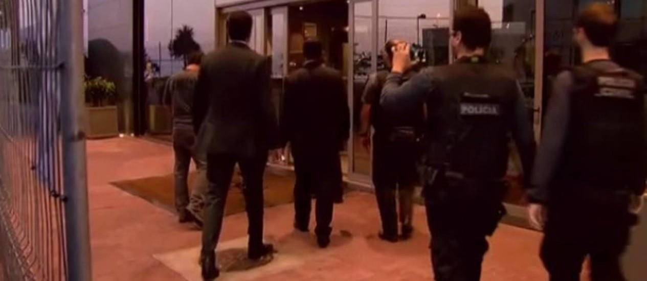 Policiais chegam a hotel na Barra para prender irlandês Foto: Reprodução / TV Globo