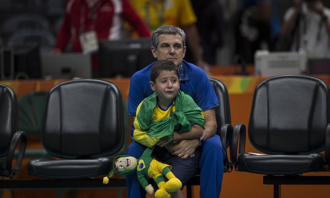 Zé Roberto se emociona com choro de Felipe, de 6 anos Daniel Marenco / Agência O Globo