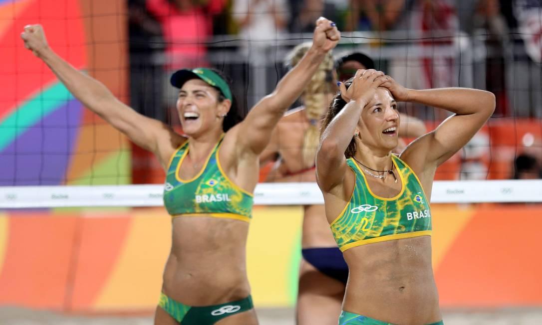 Medalha garantida: as brasileiras Ágatha e Bárbara comemoram vitória sobre as americanas Karri Walsh e April Ross Marcelo Carnaval / Agência O Globo