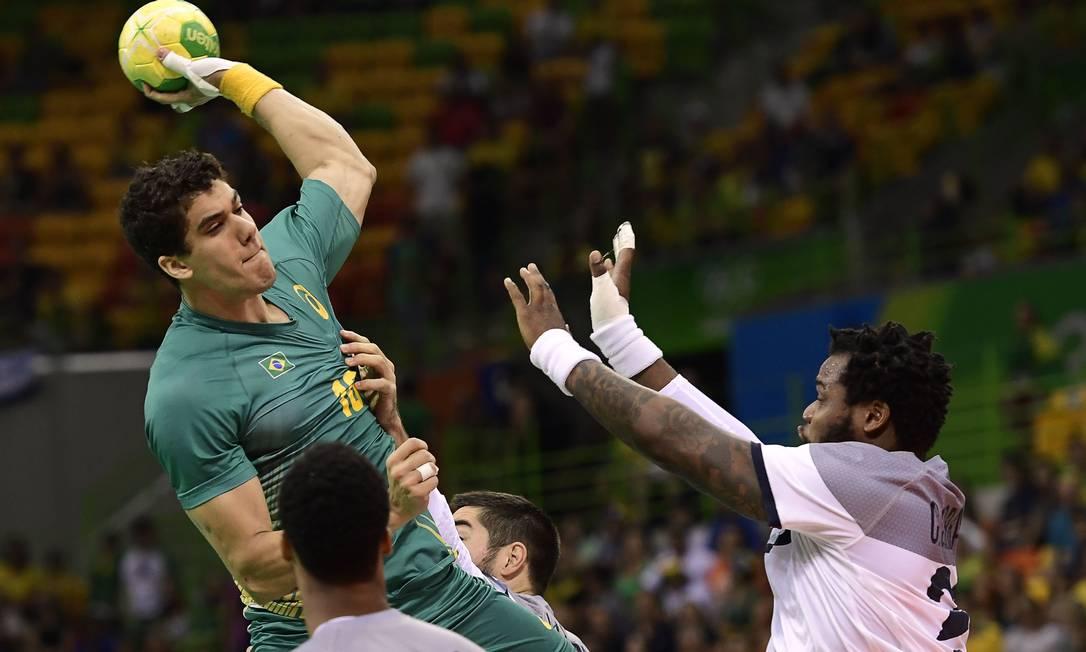 Brasil enfrenta a França, bicampeã olímpica no handebol JAVIER SORIANO / AFP