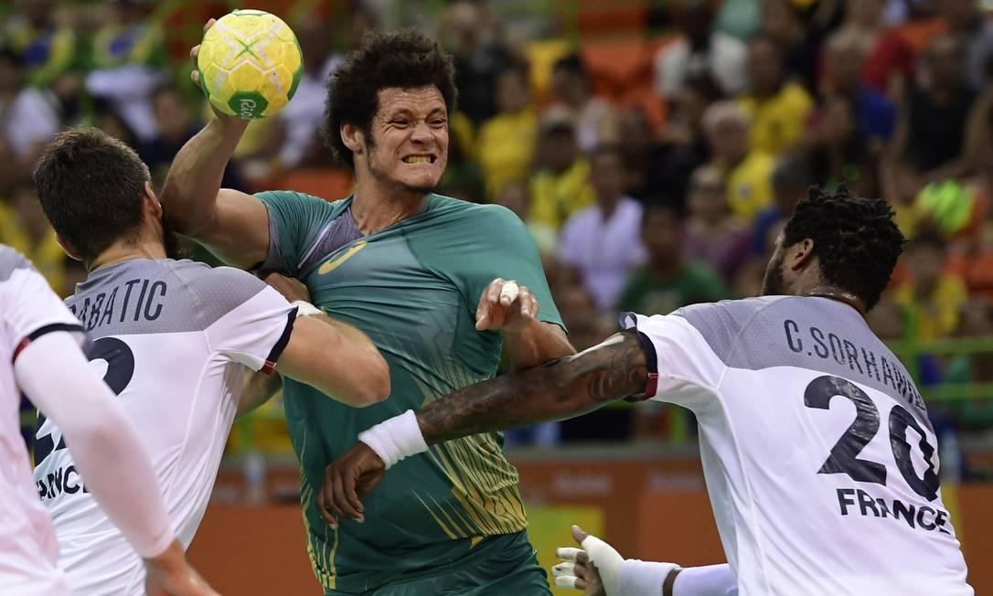 Thiagus dos Santos enfrenta dois jogadores franceses com determinação JAVIER SORIANO / AFP