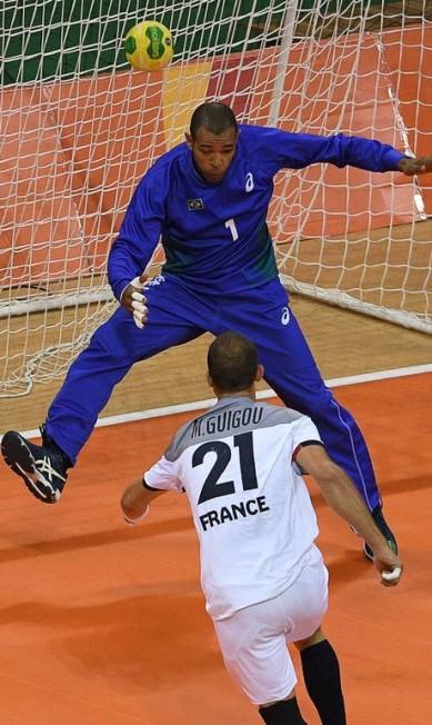 O francês Michael Guigou marca contra o Brasil em jogo disputado lance a lance ROBERTO SCHMIDT / AFP