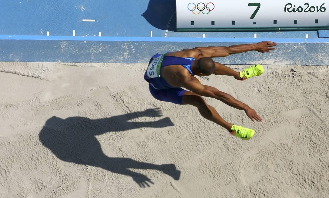 O americano Ashton Eaton ficou em primeiro na prova, após saltas 7,94 m PAWEL KOPCZYNSKI / REUTERS