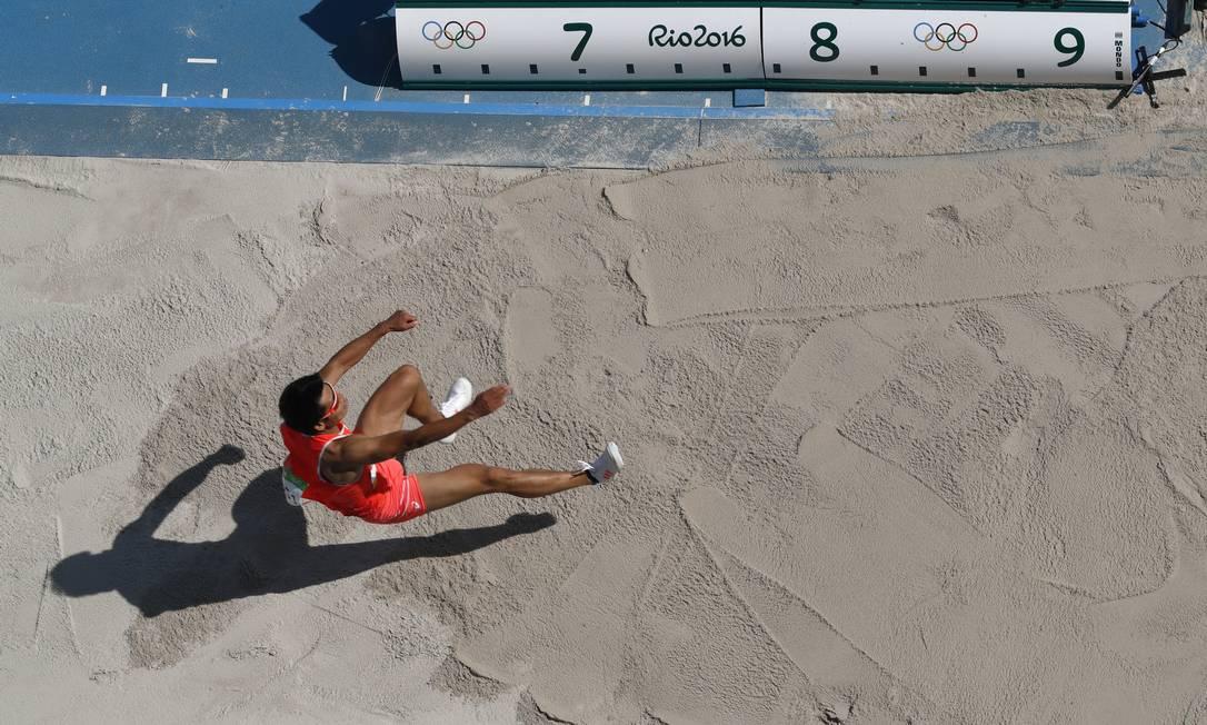 O japonês Akihiko Nakamura aterrisa, após saltar Morry Gash / AP