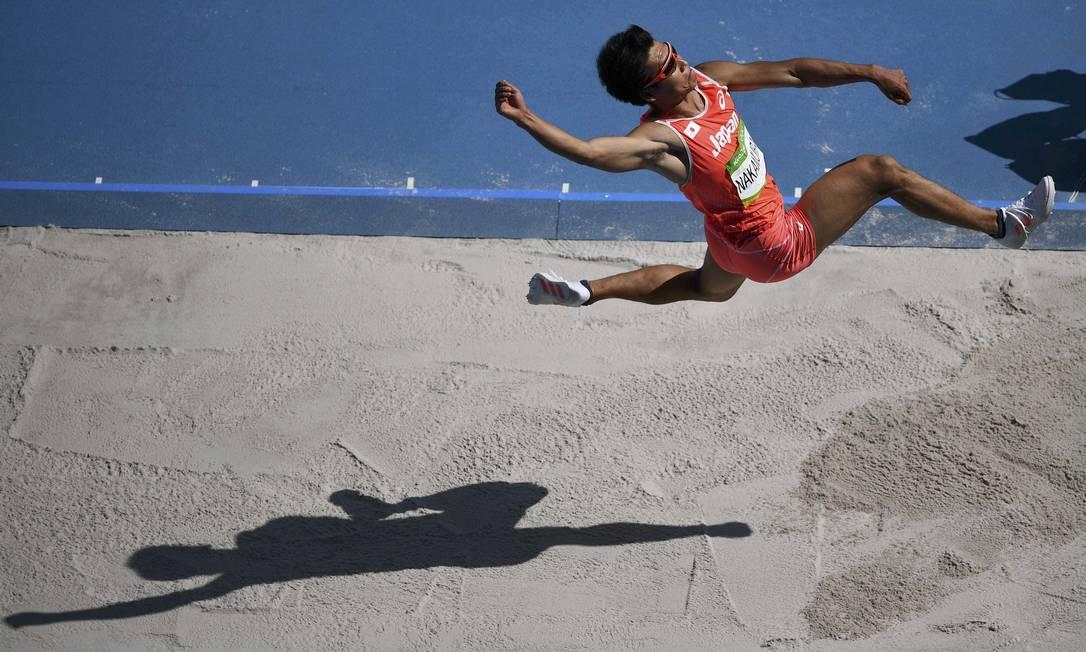 O salto de Akihiko Nakamura, do Japão DYLAN MARTINEZ / REUTERS