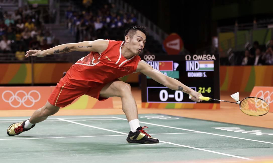 Lin Dan, salva uma jogada no início do jogo Kin Cheung / AP
