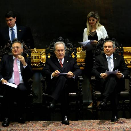 Os presidentes do Senado, Renan Calheiros, e do STF, Ricardo Lewandowski, se reúnem com membros da comissão para definir o rito do julgamento da presidente afastada Foto: Ailton de Freitas / O Globo
