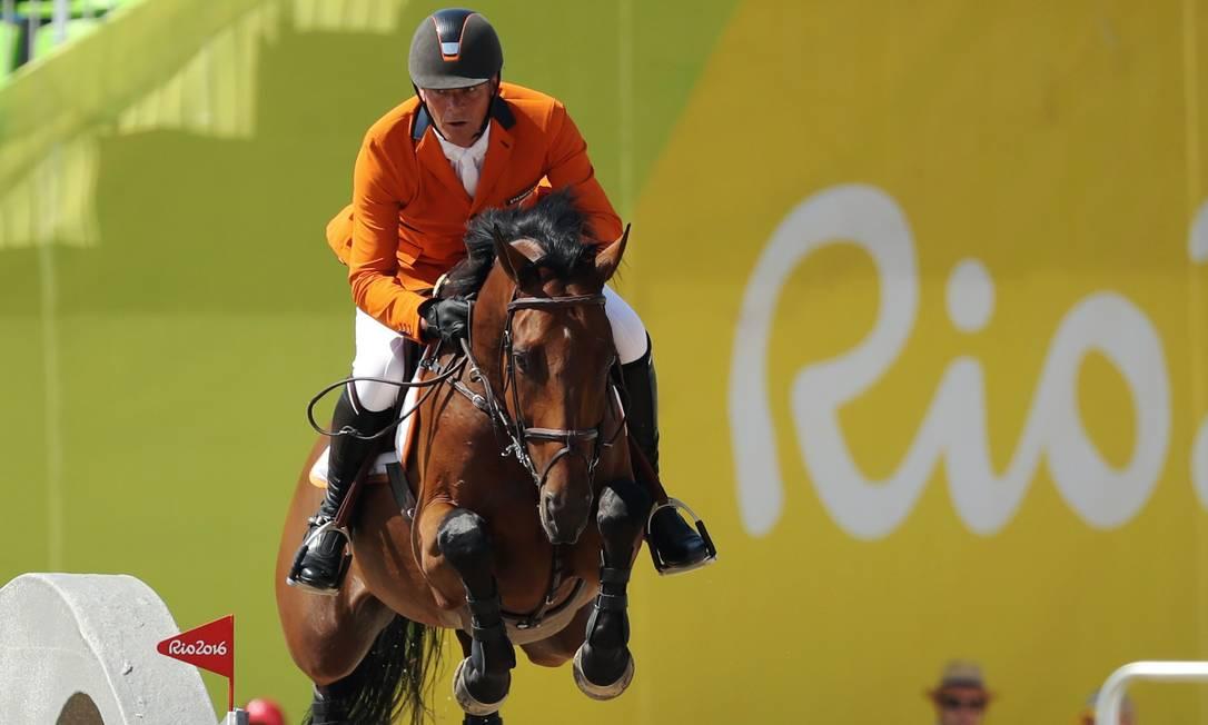O holandês Jeroen Dubbeldam, com o seu cavalo, Zenith DAMIR SAGOLJ / REUTERS