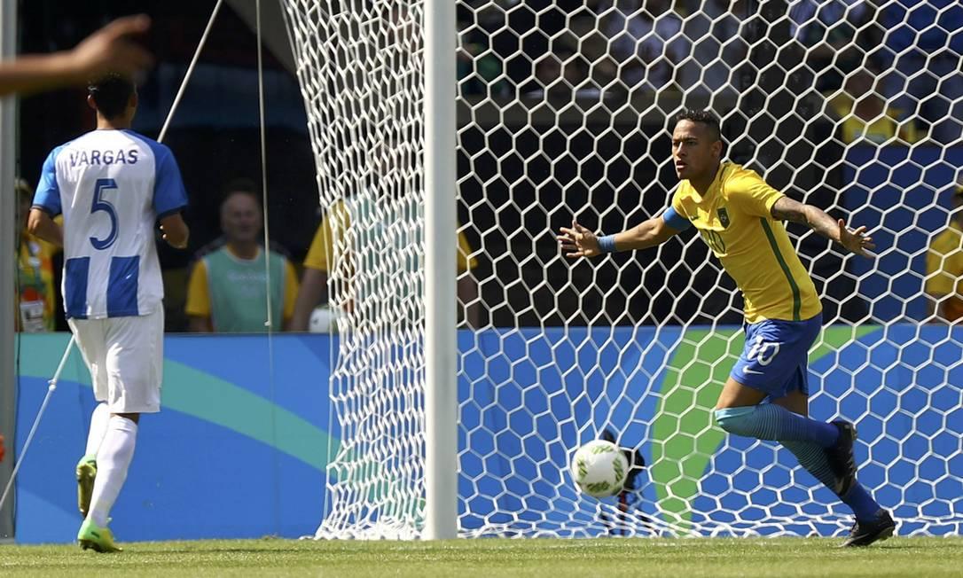 Aos 14 segundos de jogo, Neymar comemora o primeiro gol do Brasil contra Honduras, pela semifinal do torneio olímpico de futebol, no Maracanã Reuters