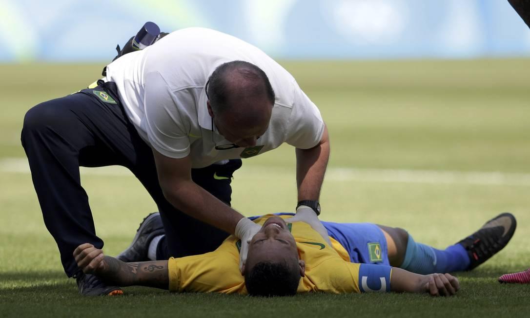 Após o primeiro gol, Neymar se contunde e é atendido em campo Reuters