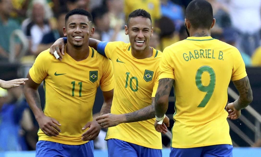 Gabriel Jesus comemora com Neymar e Gabigol após marcar o segundo gol do Brasil contra os centro-americanos Reuters