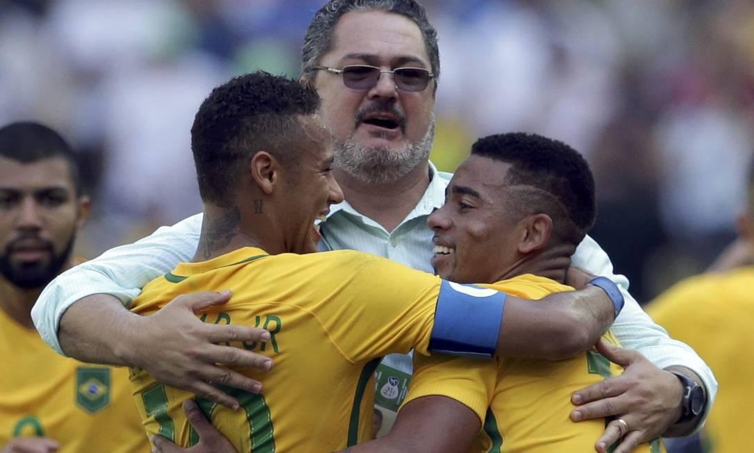 O técnico brasileiro, Rogério Micale, abraça Neymar e Gabriel Jesus após o segundo gol brasileiro no Maracanã Reuters