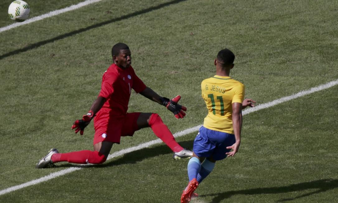Gabriel Jesus supera o goleiro hondurenho, Luis López, para marcar o segundo gol brasileiro Reuters