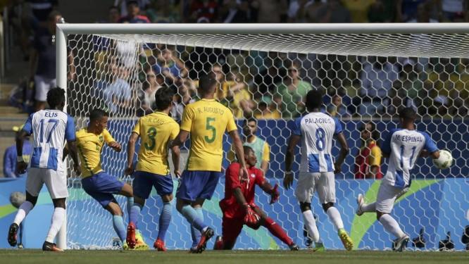 f67ebe4481 Marquinhos bate forte e marca o quarto gol da seleção brasileira sobre  Honduras na semifinal olímpica