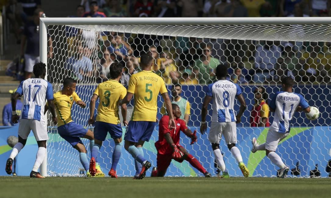 Zagueiro Marquinhos (à esquerda) faz o quarto gol do Brasil na goleada sobre Honduras BRUNO KELLY / REUTERS