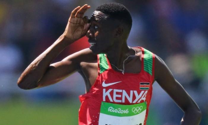O queniano Conseslus Kipruto comemora sua medalha de ouro Foto: IVAN ALVARADO / REUTERS