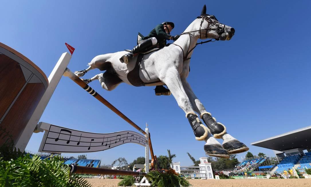 O brasileiro Eduardo Menezes disputa classificatória com o cavalo Quintol JOHN MACDOUGALL / AFP