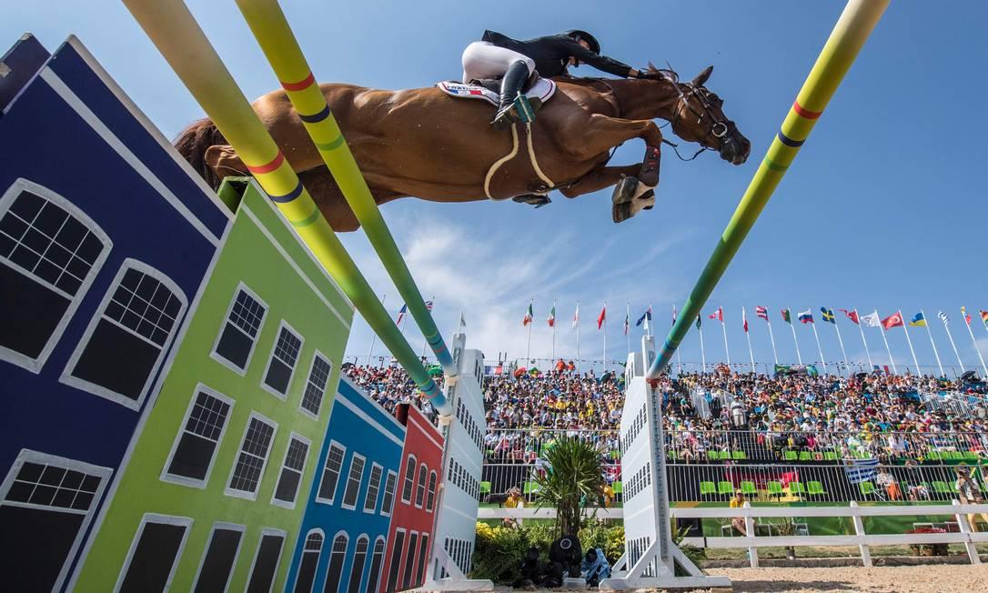 Penelope Leprevost, da França, salta com seu cavalo, Flora de Mariposa JOHN MACDOUGALL / AFP