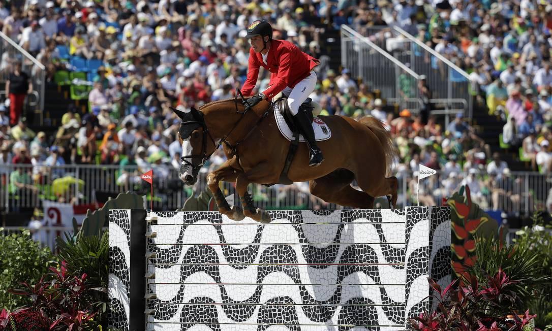 O alemão Daniel Deusser, salta com seu cavalo, First Class, sobre obstáculo que homenageia calçadão de Copacabana John Locher / AP