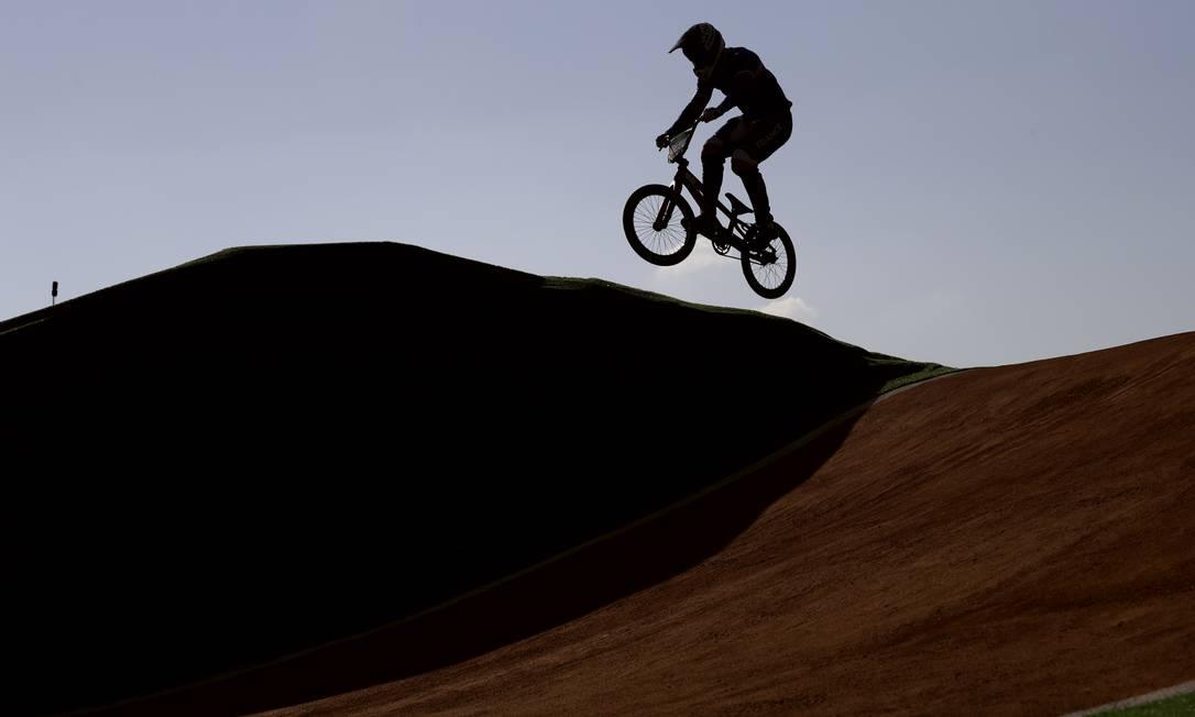 Amidou Mir, da França, durante o ciclismo BMX, em Deodoro Pavel Golovkin / AP
