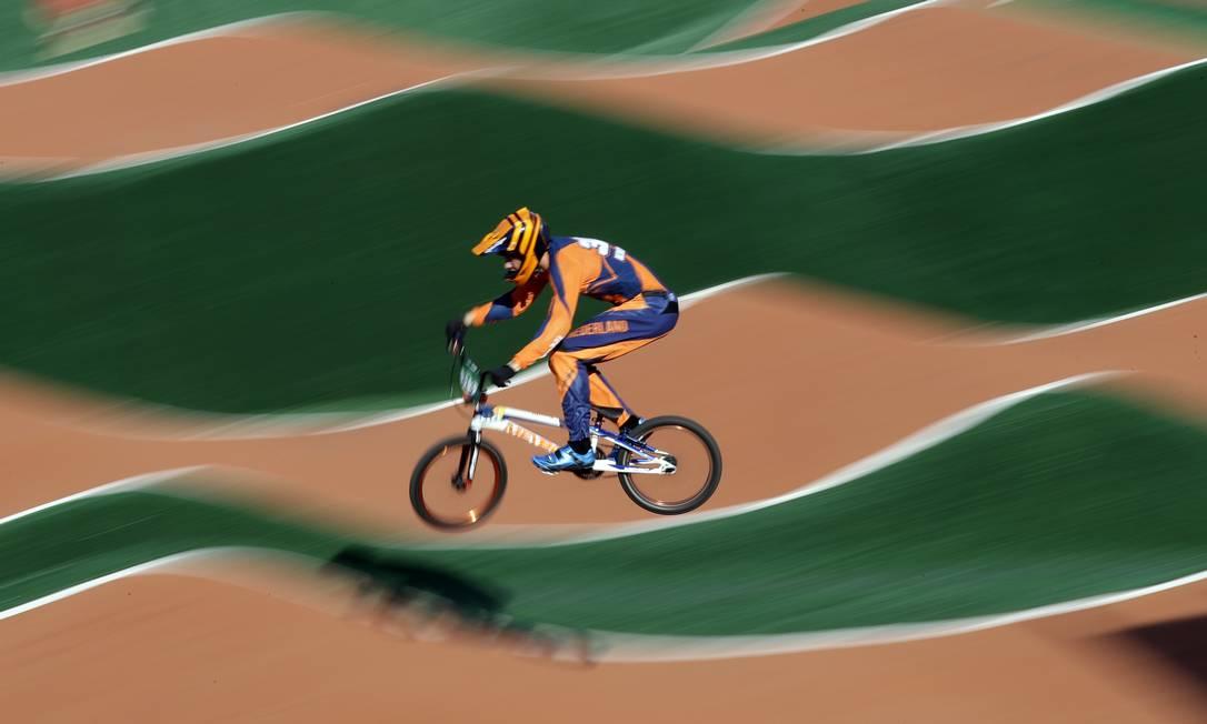 Niek Kimmann, dos Países Baixos, compete no ciclismo BMX, em Deodoro Pavel Golovkin / AP