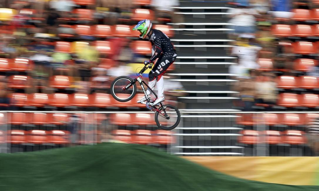 Nicholas Long, dos Estados Unidos, durante preliminar do ciclismo BMX ERIC GAILLARD / REUTERS