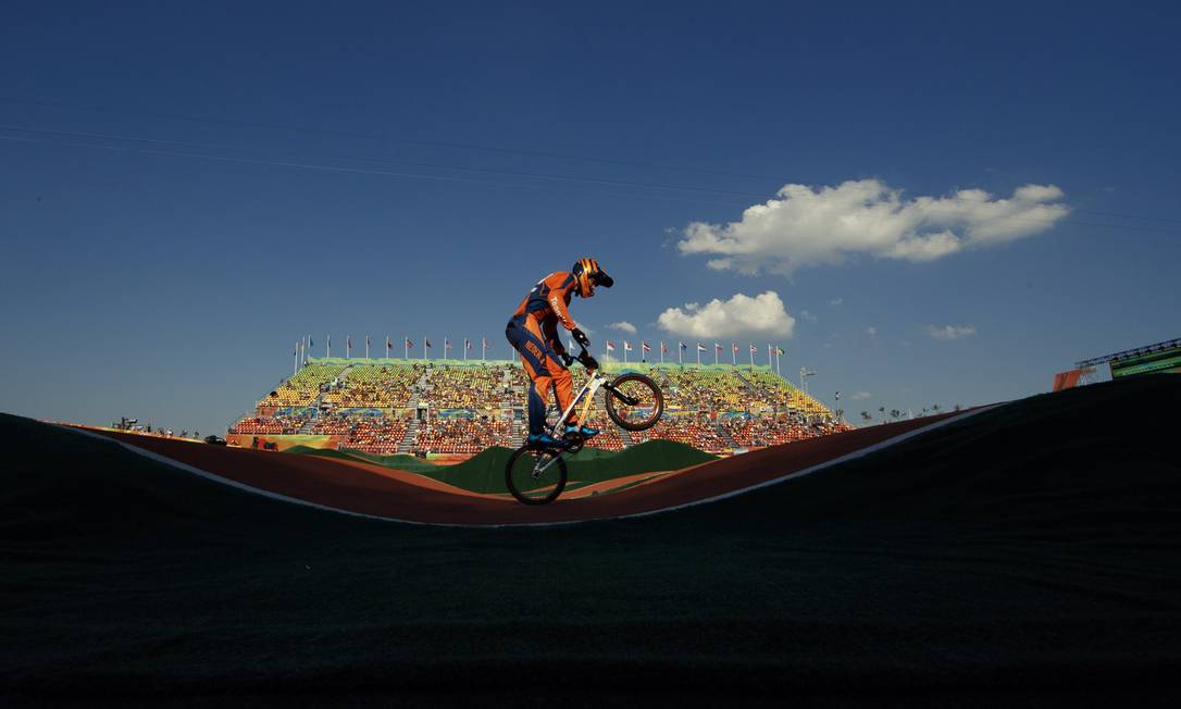 O holandes Niek Kimmann na sua volta classificatoria do ciclismo BMX masculino, em Deodoro Daniel Marenco / Agência O Globo