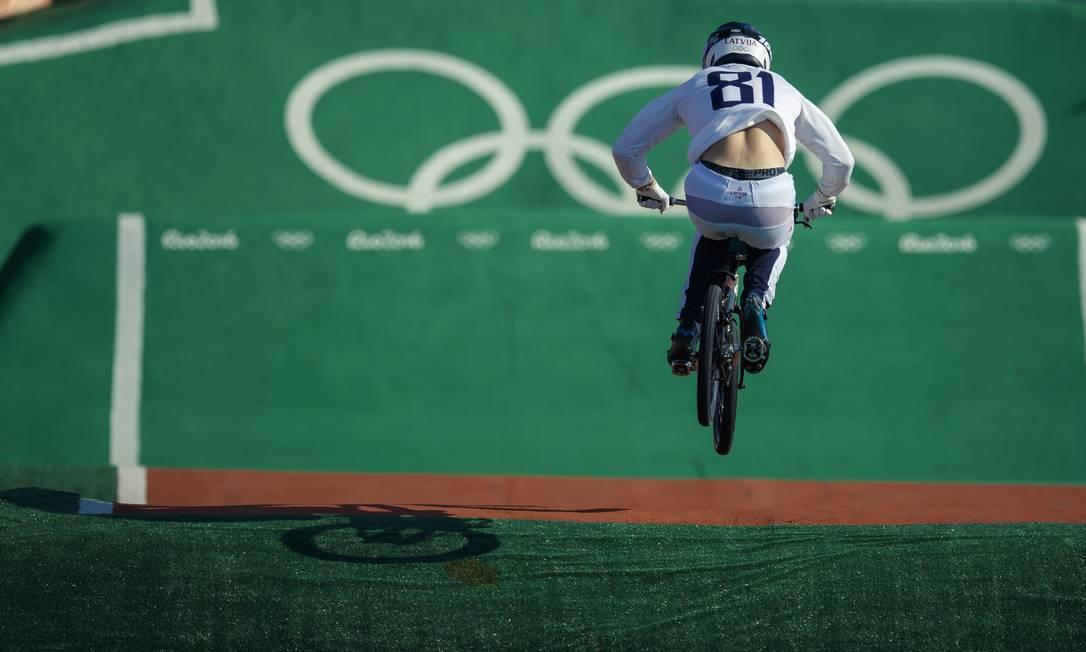 O atleta da Letonia Maris Strombergs na sua volta classificatoria do ciclismo BMX masculino, em Deodoro Daniel Marenco / Agência O Globo