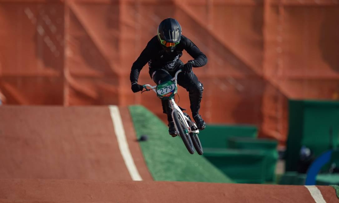 O atleta da Nova Zelandia Trent Jones na sua volta classificatoria do ciclismo BMX masculino, em Deodoro Daniel Marenco / Agência O Globo