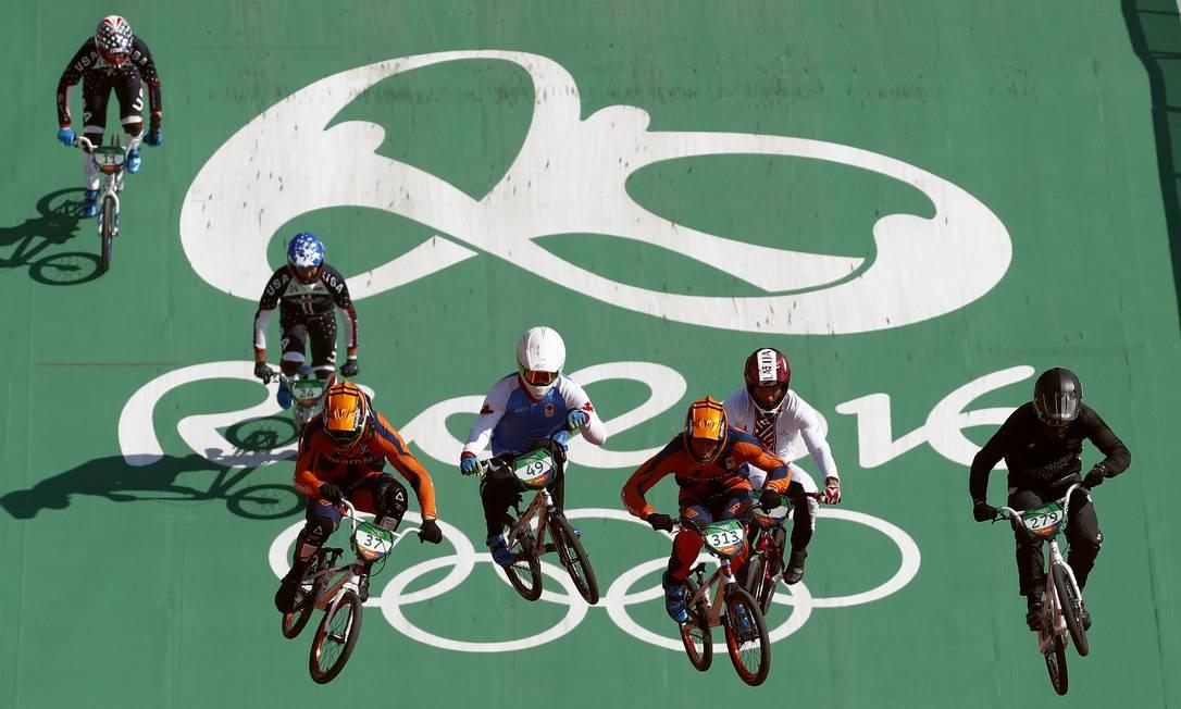 Trent Jones da Nova Zelândia, Niek Kimmann dos Países Baixos, Tory Nyhaug do Canadá e Jelle van Gorkom dos Países Baixos durante treino de ciclismo BMX, em Deodoro Patrick Semansky / AP