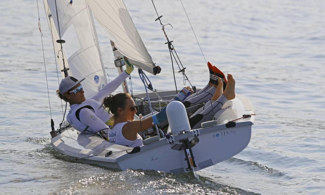 As velejadoras Lara Vadlau e Jolanta Ogar da Áustria esperaram para saber se haveria regata BRIAN SNYDER / REUTERS