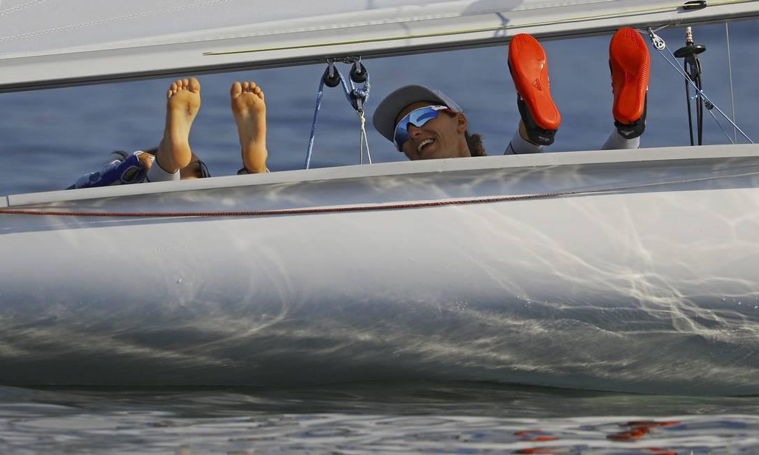 Elas aproveitaram para colocar o papo em dia e relaxaram nas águas da Baía BRIAN SNYDER / REUTERS