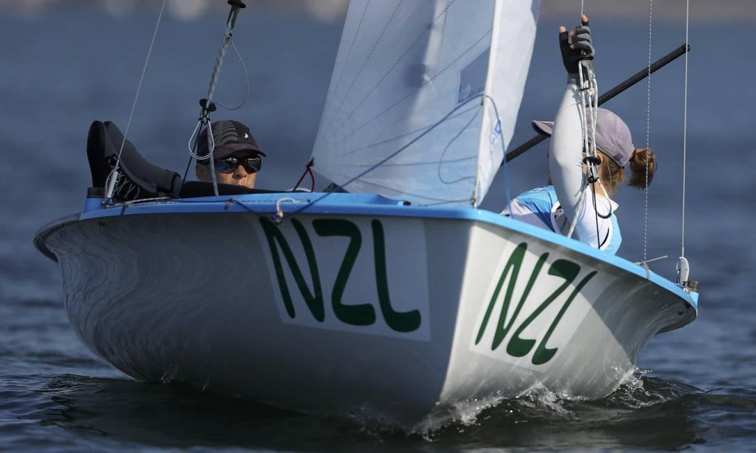 A dupla Jo Aleh (NZL) e Polly Powrie da Nova Zelândia procuraram a melhor posição enquanto esperavam BENOIT TESSIER / REUTERS