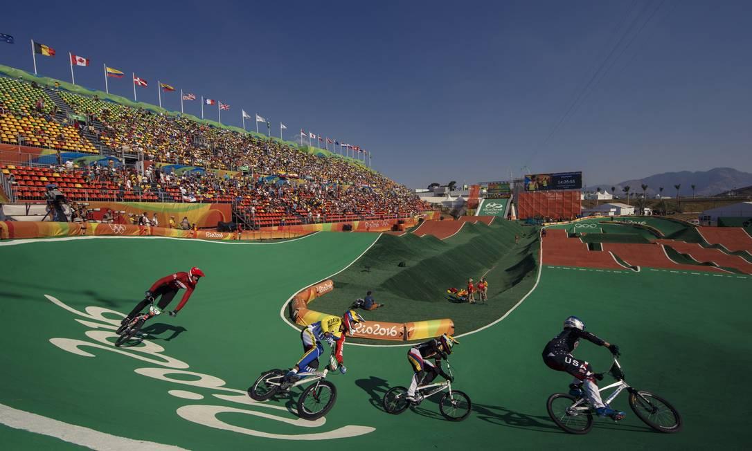Atletas aquecem antes das suas voltas classificatorias do ciclismo BMX masculino, em Deodoro Daniel Marenco / Agência O Globo
