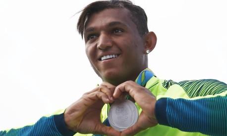 O brasileiro Isaquias Queiróz dos Santos conquista medalha inédita de prata, na caanogem na categoria C1 1.000m Foto: Jorge William / Agência O Globo