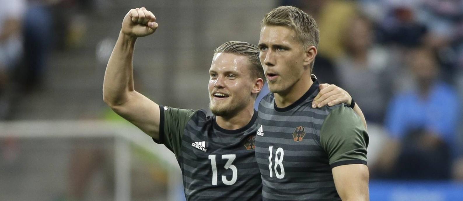 a9c7ab946d Petersen comemora com Philipp Max seu gol na vitória de 2 x 0 da Alemanha  sobre