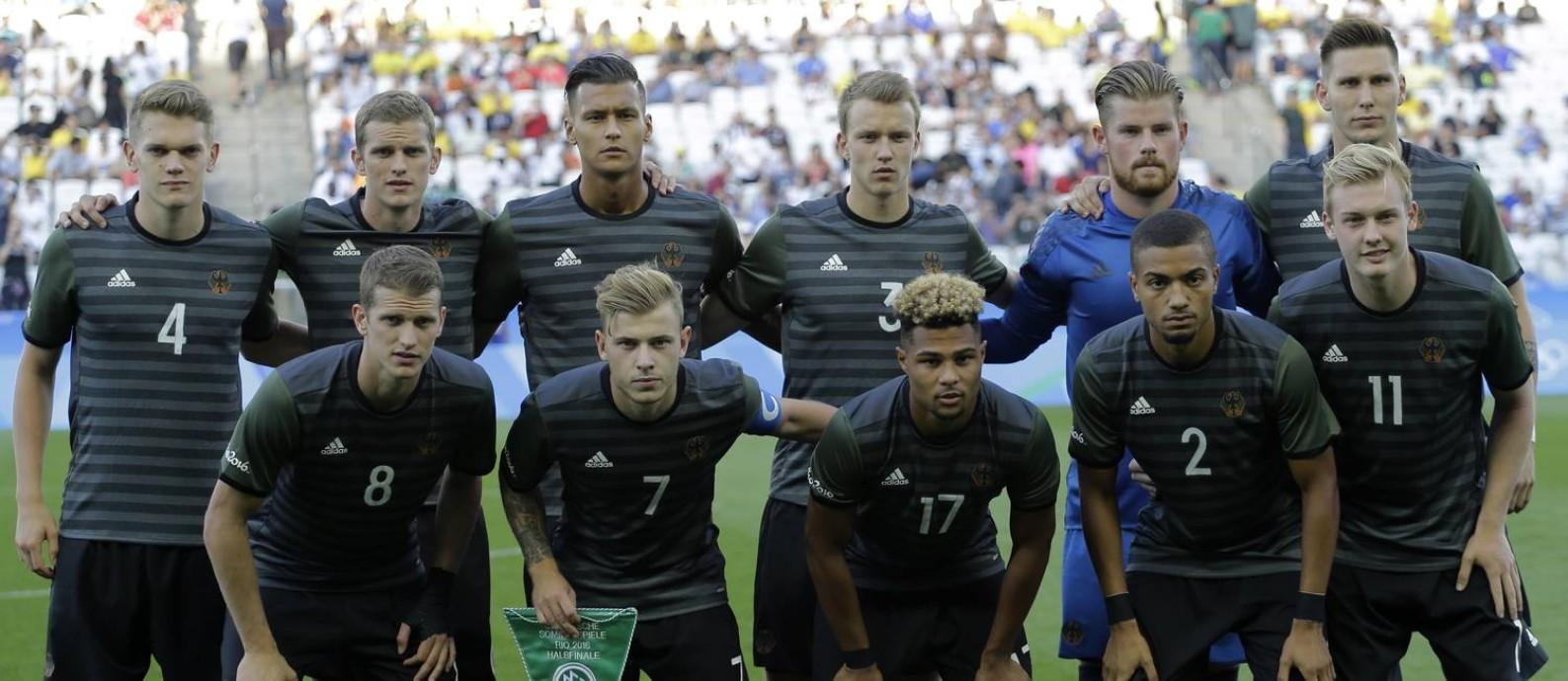 Seleção alemã posa antes da semifinal contra a Nigéria Foto  Nelson Antoine    AP 287b03f758202