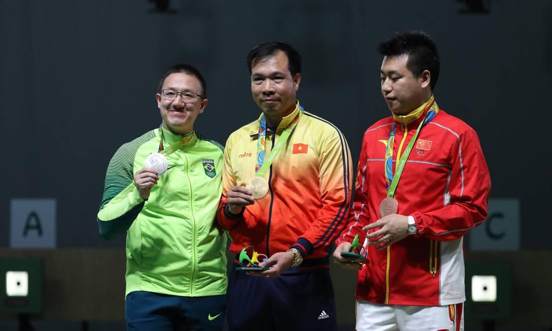 Felipe Wu no podium com Xuan Vinh Hoang (ouro) do Vietnam e Wei Pang (bronze) da China Marcelo Carnaval / Agência O Globo