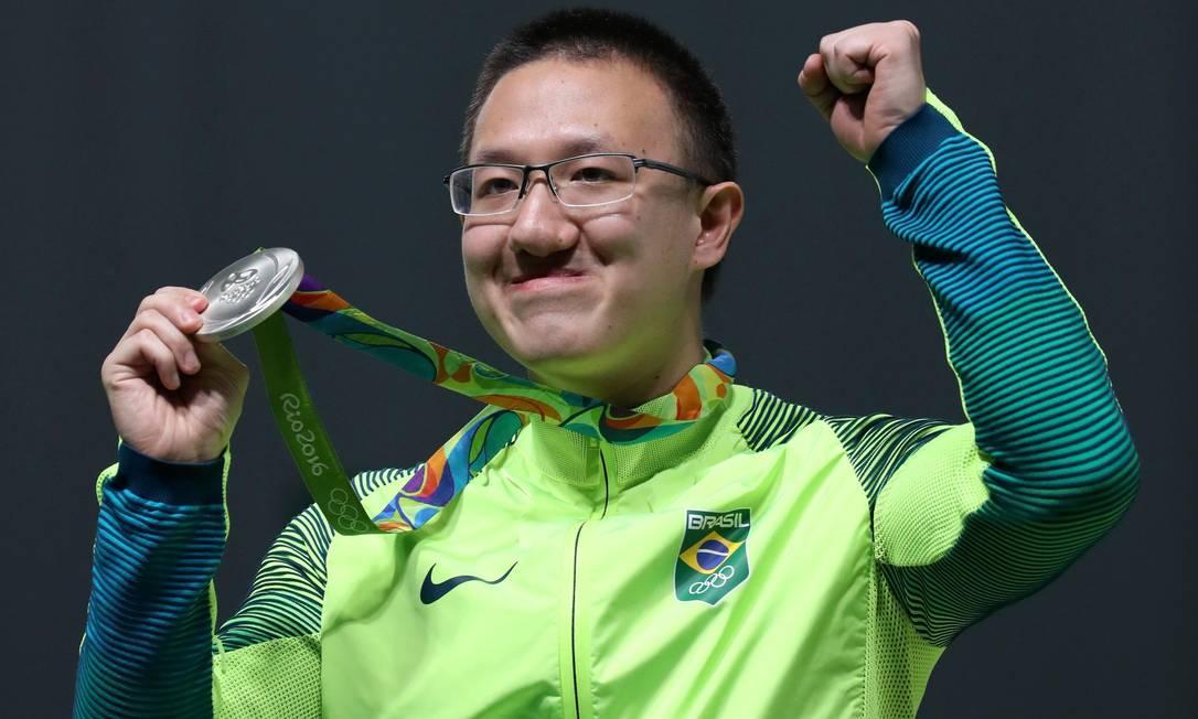 Felipe Wu comemora a medalha de prata na pistola de ar de 10 metros, a primeira do Brasil nas olimpíadas Marcelo Carnaval / Agência O Globo
