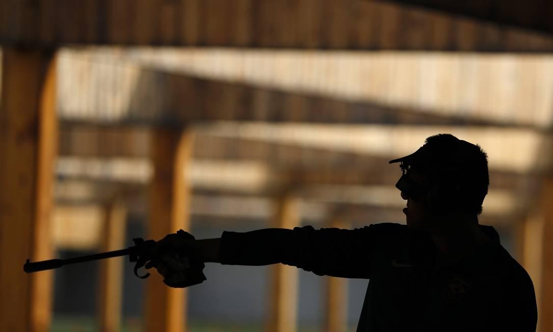 Felipe Wu praticando o tiro Hassan Ammar / AP