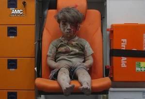 Omran Daqneesh, de apenas 5 anos, foi retirado dos escombros de uma casa Foto: Aleppo Media Center / Reprodução