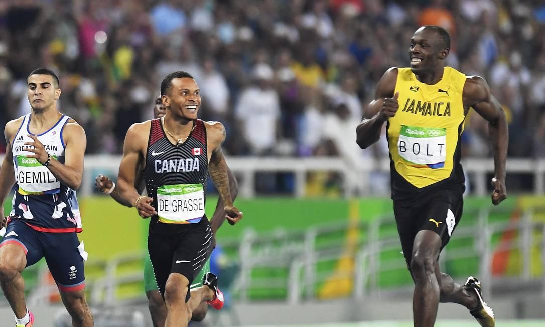 Ao chegar perto do recordista mundial, o canadense abriu um sorriso, como Bolt havia feito ao final da prova de 100 metros livres Frank Gunn / AP