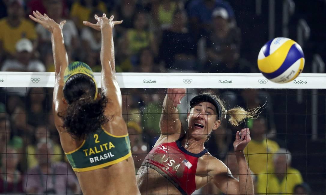 April Ross, dos EUA, desvia a bola do bloqueio da brasileira Talita. A dupla americana ficou com a medalha de bronze TONY GENTILE / REUTERS