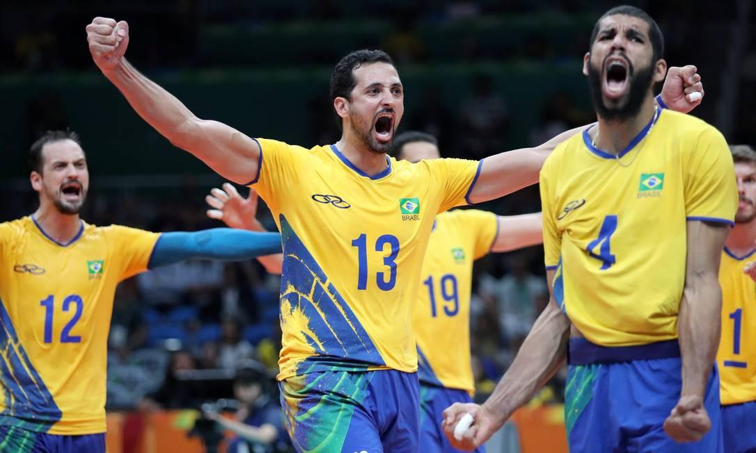 Jogadores brasileiros comemoram ponto durante a partida contra a Argentina Marcelo Carnaval / Agência O Globo