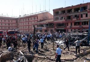 Autoridades turcas fazem buscas em frente a prédio danificado após explosão em Elazig, no Leste da Turquia Foto: Sahismail Gezici / AP
