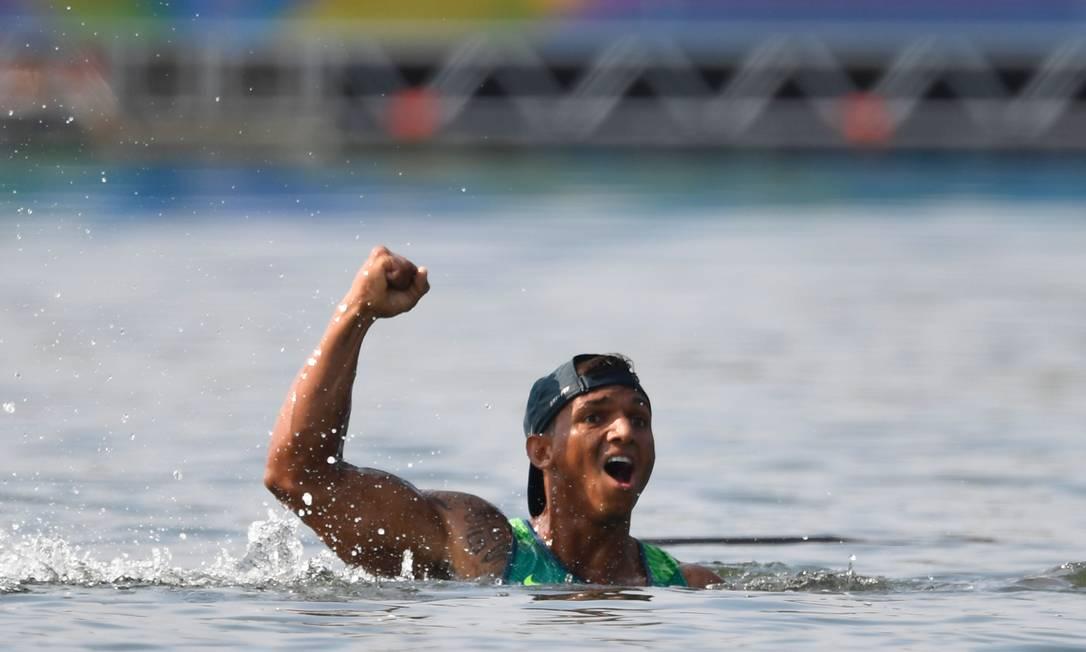 O canoísta pulou na Lagoa Rodrigo de Freitas para comemorar o bronze DAMIEN MEYER / AFP