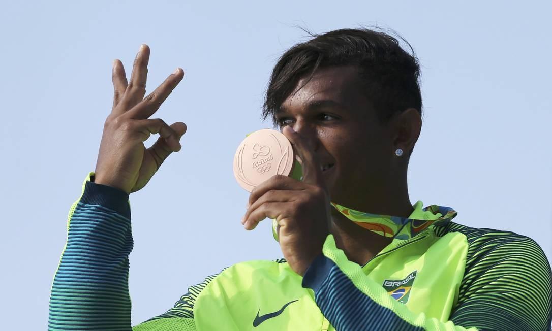 Ele quer mais: Isaquias Queiroz comemora o bronze, sua segunda medalha na Olimpíada, e avisa que vai em busca da terceira Foto: MARCOS BRINDICCI / REUTERS