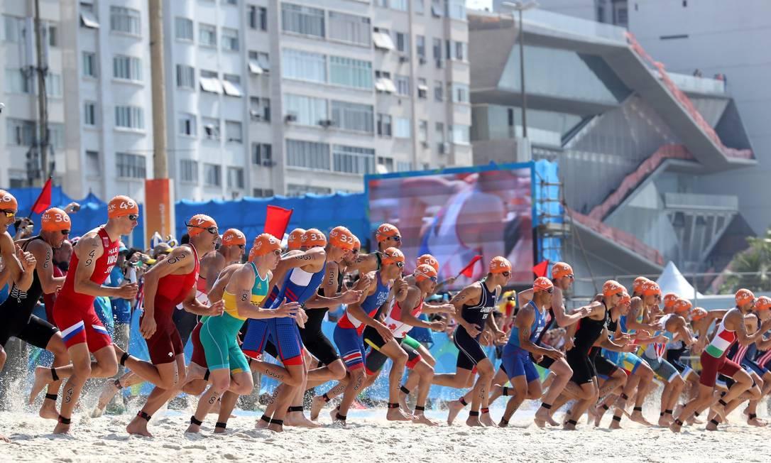Largada do triatlon masculino na Praia de Copacabana. Marcelo Carnaval / Agência O Globo