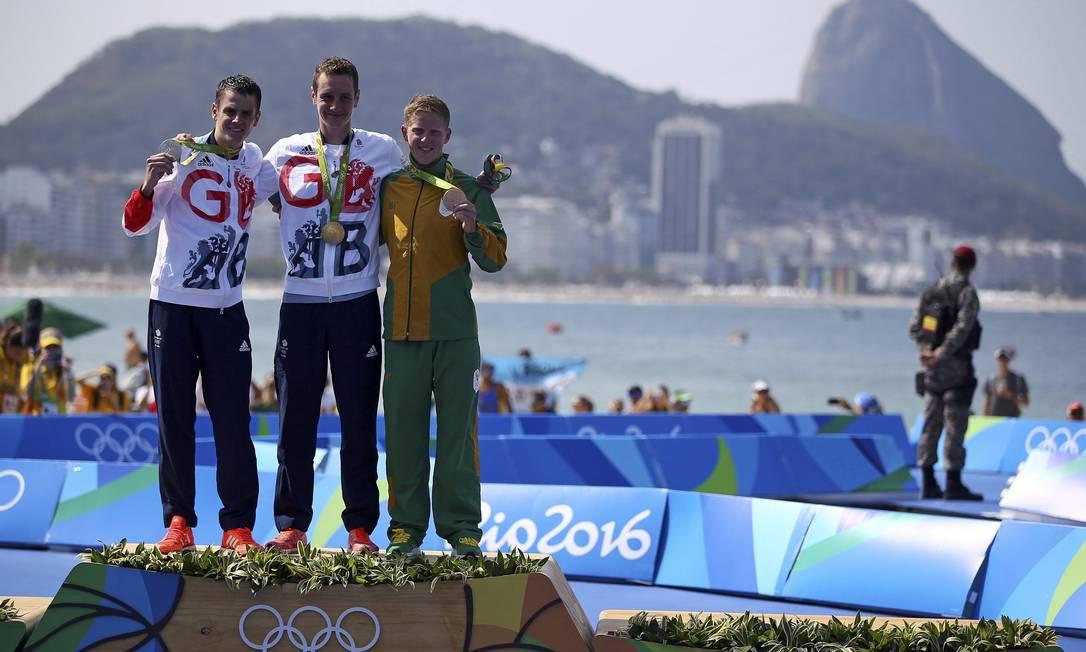 Jonathan e Alistair Brownlee fizeram a dobradinha da família, com o sul-africano, Henri Schoeman com a medalha de bronze DAMIR SAGOLJ / REUTERS